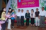 Học sinh cũ tặng hoa mừng thầy cô trong Đêm Hội Ngộ